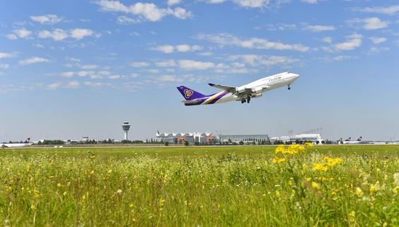 Thai Airways Boeing 747 taking off