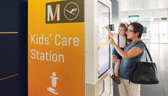 Shopping is child's play: Families can now buy HIPP products for small children at short notice at the new Kids' Care Station in Terminal 2 close to Gate G32. The innovative vending machine in the security area offers you a range of diapers, baby food and snacks around the clock.