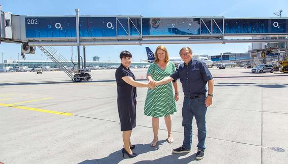 Dr. Michael Kerkloh, the CEO and President of Munich Airport (FMG), Andrea Gebbeken (in the middle), FMG's Managing Director: Commercial and Security, and Sabine Kloos, Director Brand & Marketing Communications with Telefónica Deutschland, were on hand for the official opening of the first redesigned air bridge
