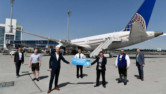 Our pictures shows Airport CEO Jost Lammers (left in the front) and the Head of the United base in Munich Ulrike Kraft as well as other representatives of the Airline and the Airport.