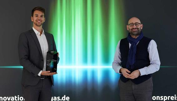 At the award ceremony in Berlin, the two responsible project managers Tobias Prechtl (left) from the Technical Service Division of Flughafen München GmbH and Dr.-Ing. Markus Ostermeier (right) from CM Fluids AG were honored for jointly developing the project and successfully implementing it at Munich Airport